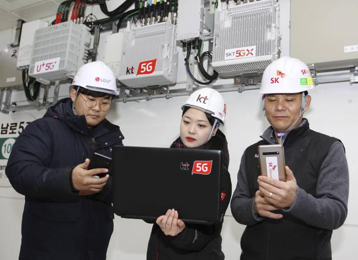 이동통신 3사가 광주광역시 지하철 전 노선에 5G 설비를 공동 구축하고 5G 개통을 완료했다. 3사 관계자가 광주광역시 금남로 5가역에서 5G 네트워크 품질을 점검하고 있다.