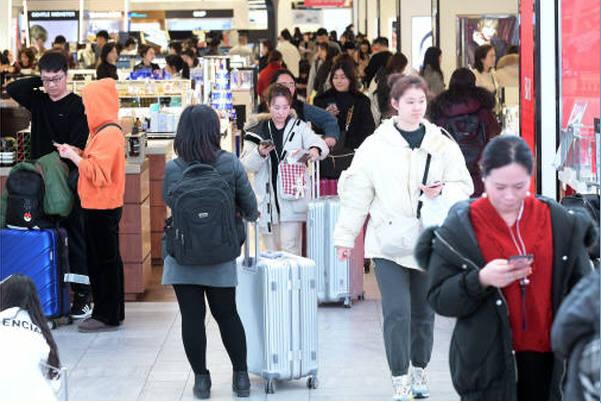 지난 10일 서울 중구 신세계면세점을 찾은 중국인 관광객들이 쇼핑을 즐기고 있다.