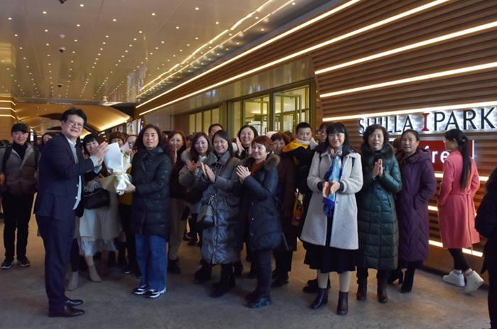 지난 10일 신라아이파크면세점 황재원 마케팅팀장이 중국 인센티브 단체 관광을 온 이융탕 임직원들에게 환영의 의미로 꽃다발을 전달하고 기념 사진을 찍고 있다.