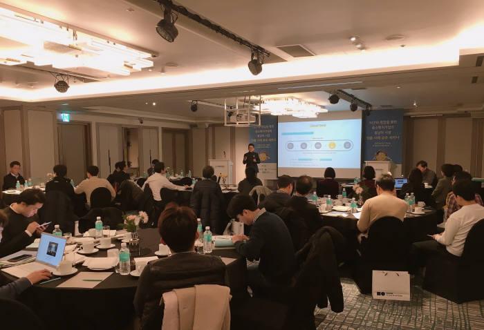 한국소프트웨어산업협회와 네이버 비즈니스 플랫폼(NBP)이 개최한 동남아 시장 진출 전략을 구축하기 위한 클라우드 해외진출 세미나에서 기업 관계자가 발표를 하고 있다. 한국SW산업협회제공