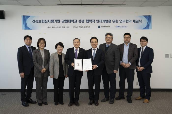 왼쪽에서 4번째부터 김승택 건강보험심사평가원장, 김헌영 강원대 총장