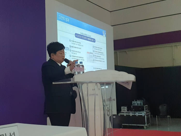 이승우 정보통신기획평가원 팀장이 대한민국 교육박람회 부대행사로 열린 SW교육 토크콘서트에서 강연을 하고 있다.