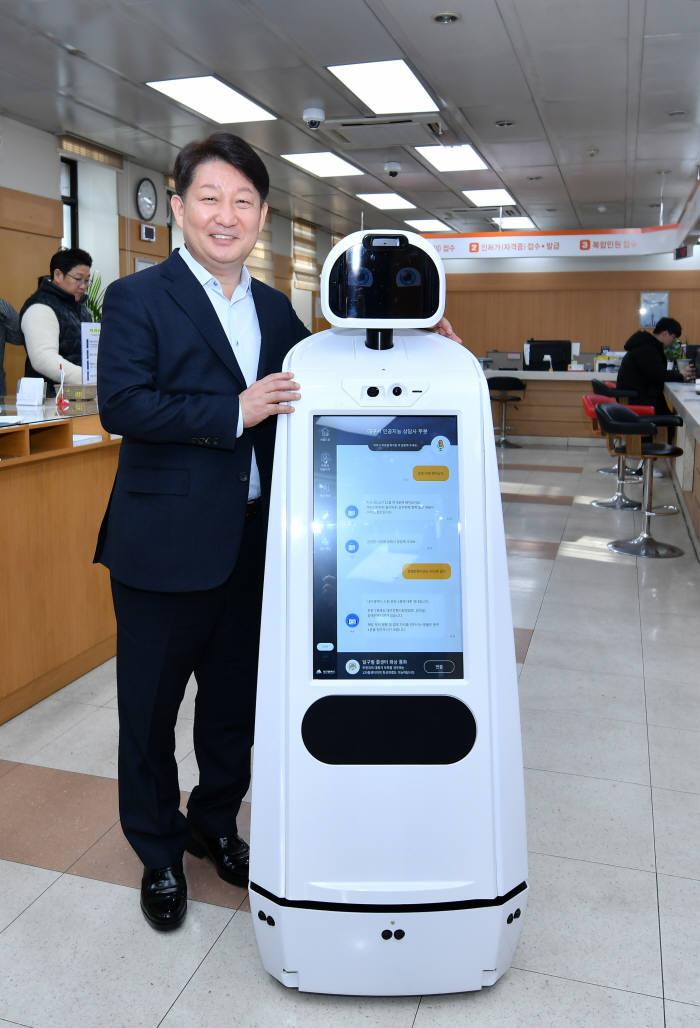 권영진 대구시장이 휴머노이드 민원안내도우미 로봇 현장시연에서 기념촬영한 모습.