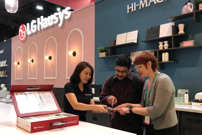 LG하우시스 직원이 전시관을 찾은 관람객에게 인조대리석 제품을 설명하고 있다.<제공: LG하우시스>