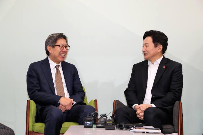 박형준 혁통위 위원장(왼쪽)이 원희룡 제주도지사와 면담을 하고 있다. 혁신통합추진위원회