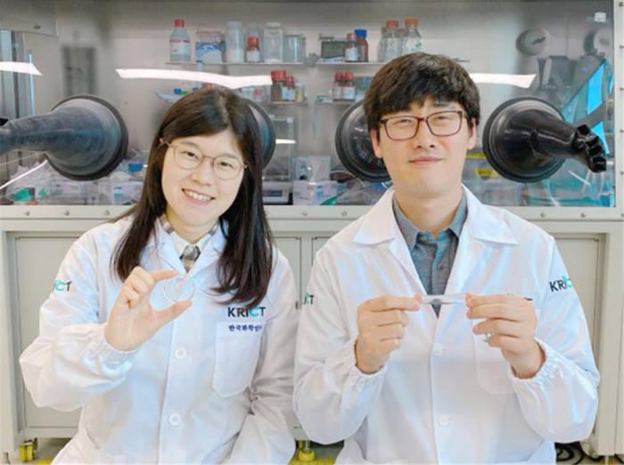 초고속 자가치유 소재를 개발한 한국화학연구원 바이오화학연구센터 연구진. 사진 왼쪽부터 김선미 연구원, 박제영 박사.