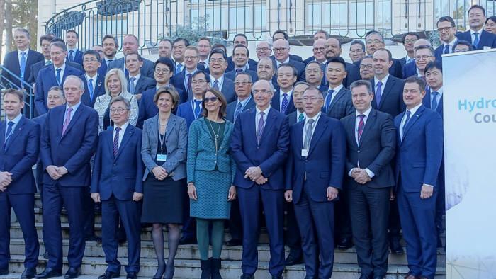 채희봉 가스공사 사장(맨 앞줄 왼쪽 세번째)이 수소위원회에 참석한 각국 CEO들과 기념촬영을 하고 있다.