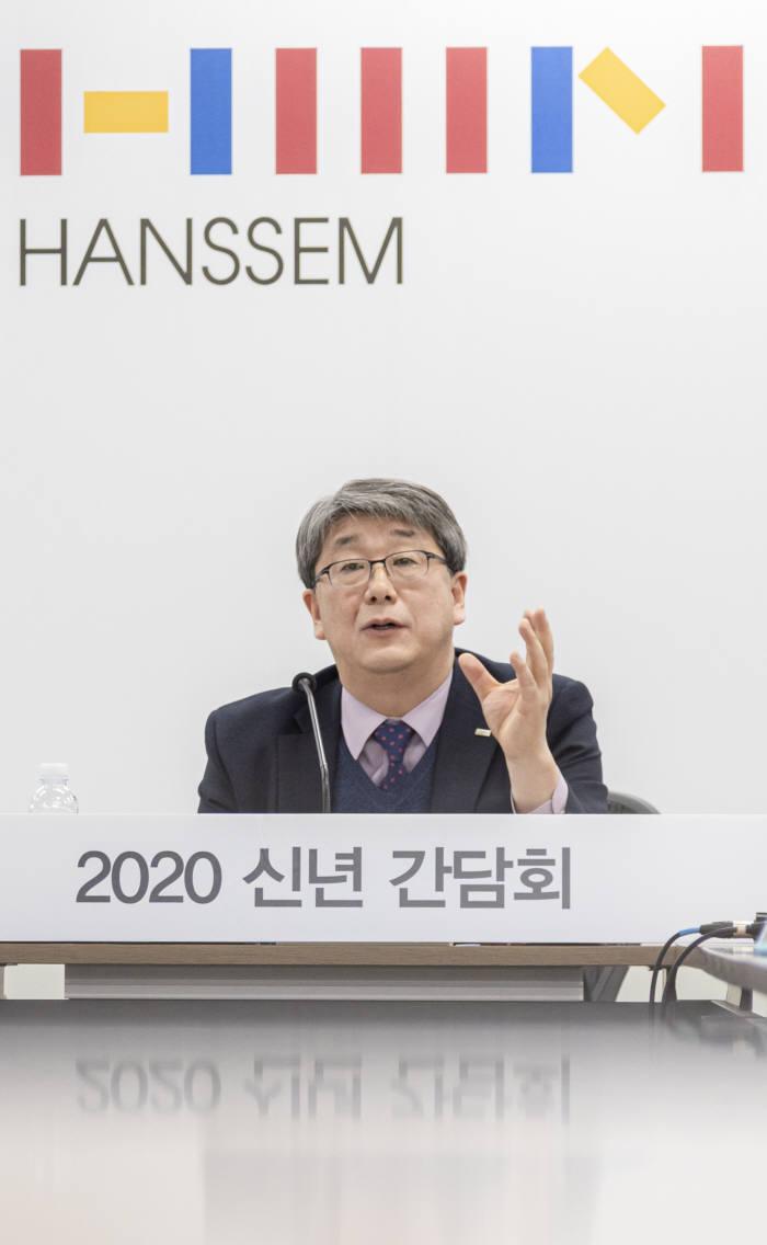 강승수 한샘 회장이 21일 서울 상암사옥에서 한샘의 중장기 전략을 발표하고 있다.