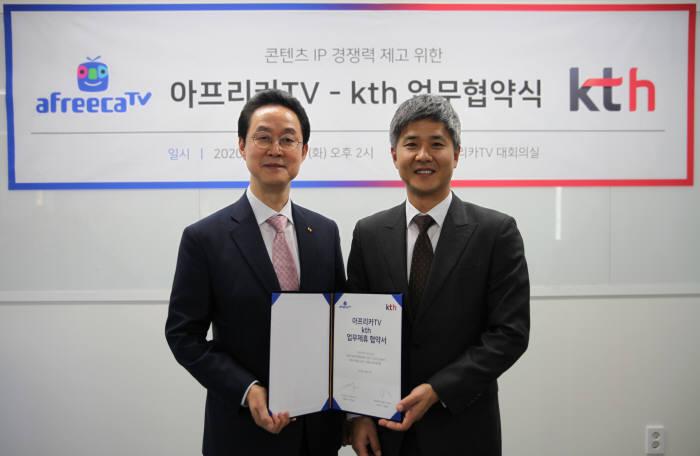 아프리카TV 정찬용 각자 대표이사(오른쪽)와 KTH 김철수 대표가 지난 21일 콘텐츠 IP 경쟁력 제고를 위한 전략적 MOU에서 기념촬영을 하고 있다. 사진=아프리카티비