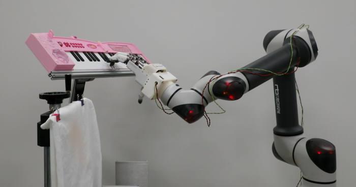기계연 개발로봇 손이 피아노 건반을 치는 모습