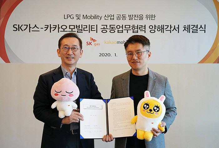 SK가스 윤병석 사장(왼쪽)과 카카오모빌리티 류긍선 공동대표(오른쪽)가 21일 성남 판교 SK가스 본사(ECO HUB)에서 미래 모빌리티사업 협력 MOU를 체결했다.