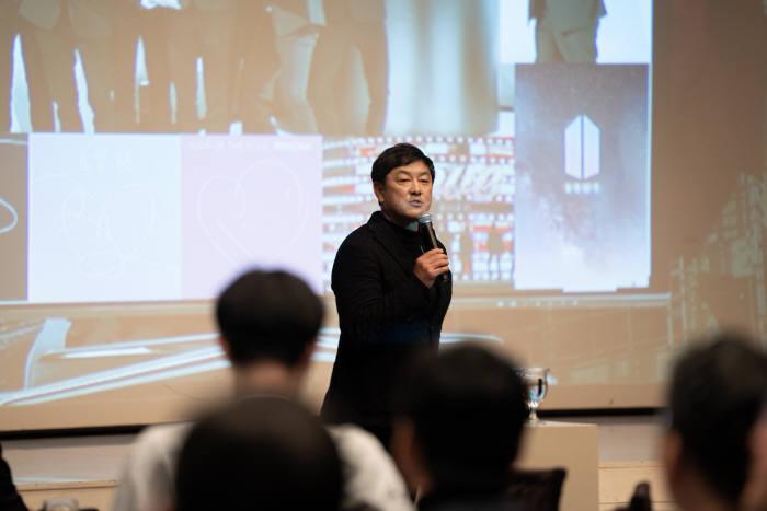 도전과 나눔이 22일 서울 강남구 GS타워 아모리스홀에서 개최한 제19회 도전과 나눔 기업가정신 포럼에서 최재붕 성균관대 교수가 포노사피엔스에 대해 강연하고 있다.