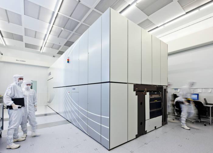 작업자가 극자외선(EUV) 장비 상태를 점검하고 있다.