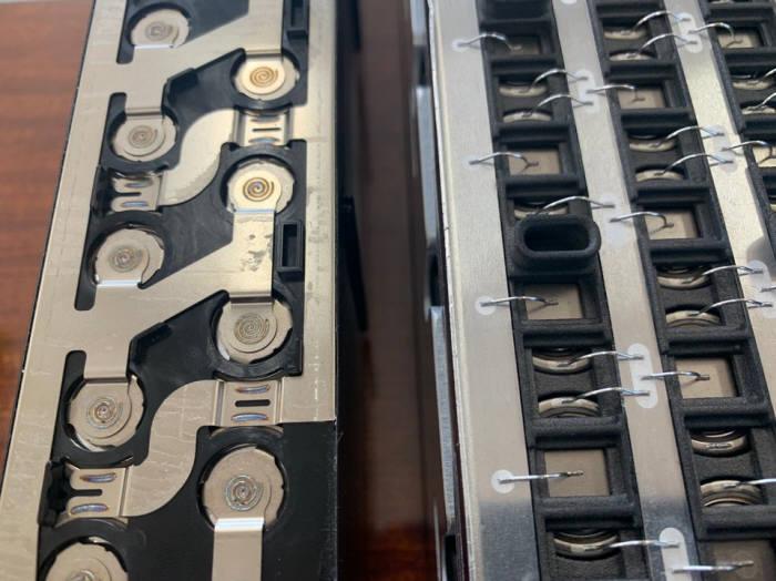 레이저 용접 방식의 배터리 팩(왼쪽)과 와이어 본딩으로 완성한 배터리 팩.