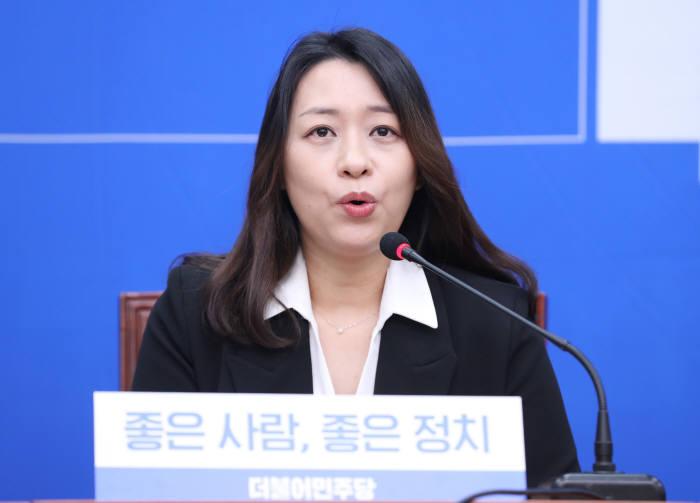 더불어민주당 12번째 영입인재 이소현씨가 인재영입 행사에서 인사말을 하고 있다. 연합뉴스