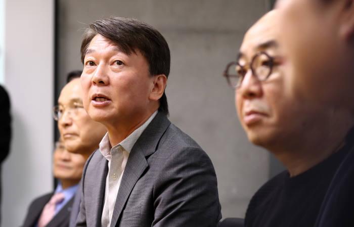 안철수 전 의원이 23일 오전 대전 카이스트(KAIST·한국과학기술원) 인공지능(AI) 대학원에서 기자 질문에 답하고 있다. 연합뉴스