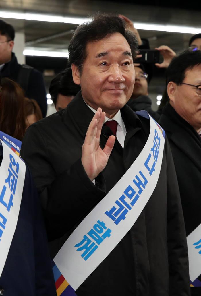 이낙연 전 국무총리가 23일 오전 서울 용산역에서 귀성객들에게 인사하고 있다. 연합뉴스