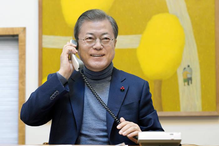 문재인 대통령이 24일 오전 SBS 파워 FM 아름다운 이 아침 김창완 입니다와 전화연결을 하며 웃음 짓고있다. 청와대 제공