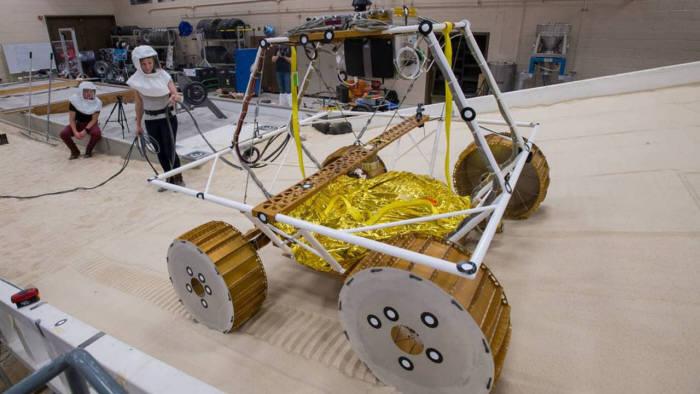 NASA 연구원들이 달 탐사선 VIPER를 테스트하고 있다. <사진=NASA>