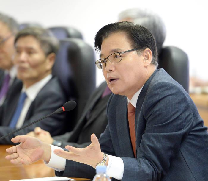 권평오 KOTRA 사장이 각 본부·실·팀장 등 간부 직원이 모두 참석한 회의에서 발언하고 있다.
