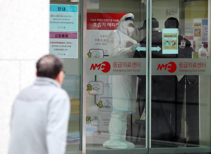 WHO, 신종 코로나 위험 수준 '높음'으로 올려...네 번째 확진자 접촉자 '172명'
