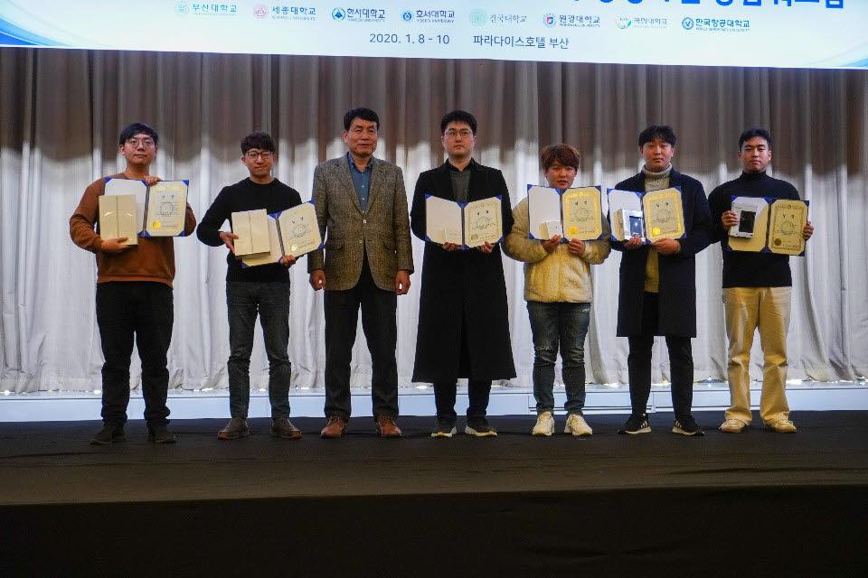 이충현 대학원생(오른쪽에서 첫 번째)과 김용훈 대학원생(오른쪽에서 두 번째)이 수상자들과 기념촬영을 하고 있다. 사진: 세종대 제공