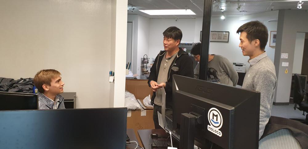 스타트업 모로코 사무실에서 엔지니어들이 머신러닝 서비스 고도화에 대해 논의하고 있다.