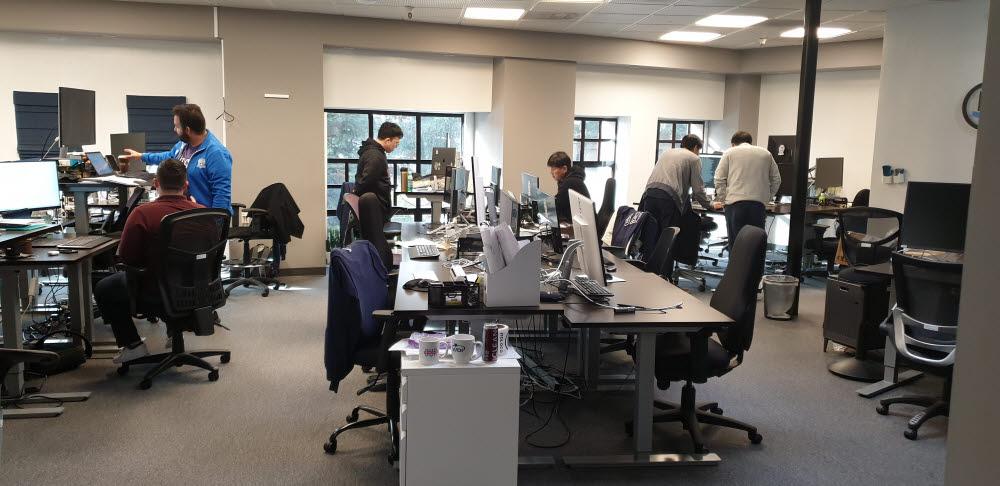 스타트업 모로코 사무실 곳곳에서 엔지니어들이 머신러닝 서비스 고도화를 위해 논의 중이다.