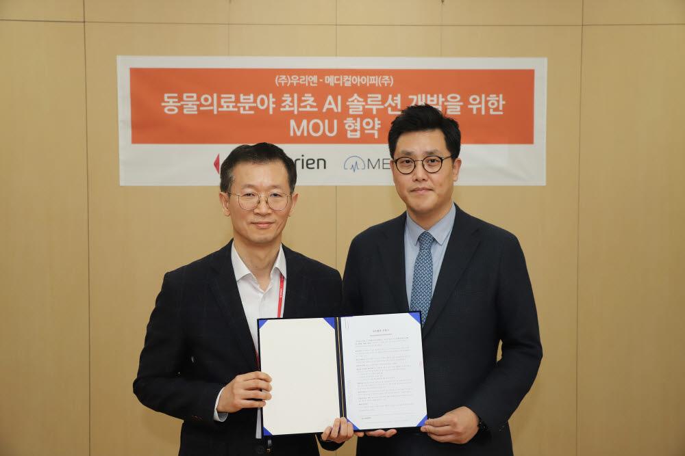 박상준 메디컬아이피 대표(오른쪽)와 고석빈 우리엔 대표가 동물 의료 AI 솔루션 개발을 위한 업무협약을 체결한 뒤 기념촬영하고 있다. 사진출처=메디컬아이피