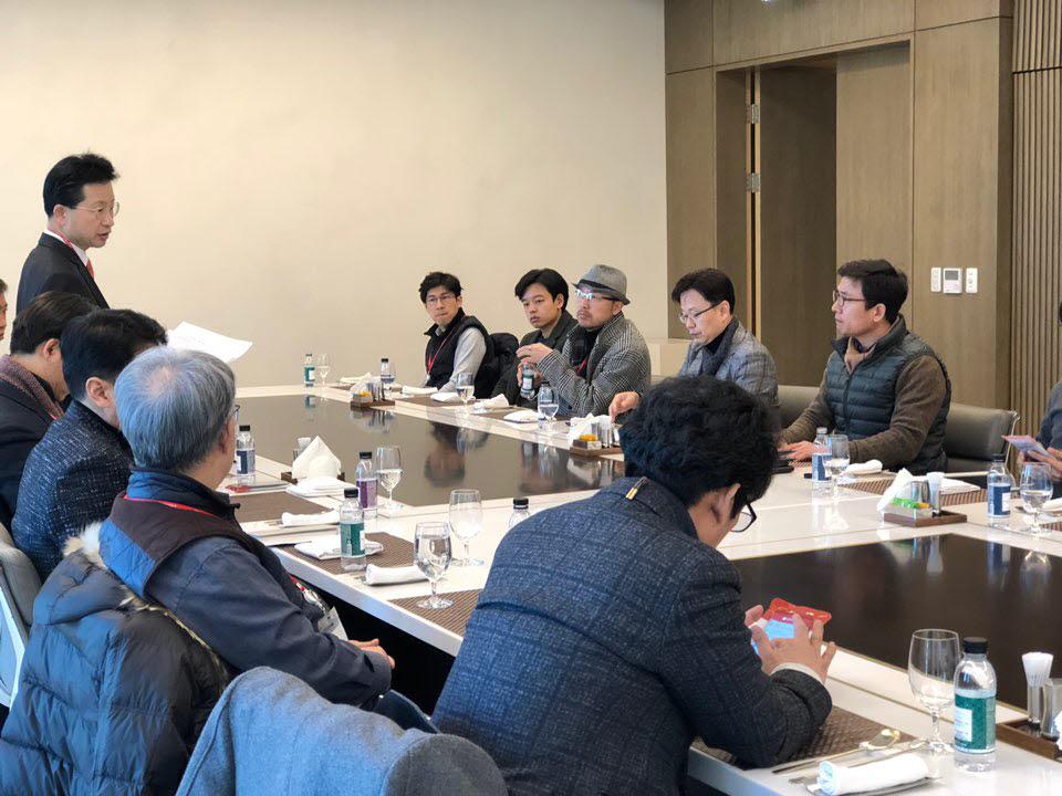스마트인테리어 포럼 임원 간담회가 5일 서울 마곡 LG사이언스파크에서 열렸다. 간담회 참석자들이 스마트 인테리어 산업 발전을 위해 의견을 나누고 있다.