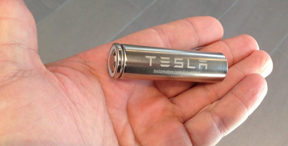 미국 테슬라와 일본 파나소닉이 합작사 설립을 통해 최초 상용화 시킨 전기차용 원통형 배터리(규격 21700) .
