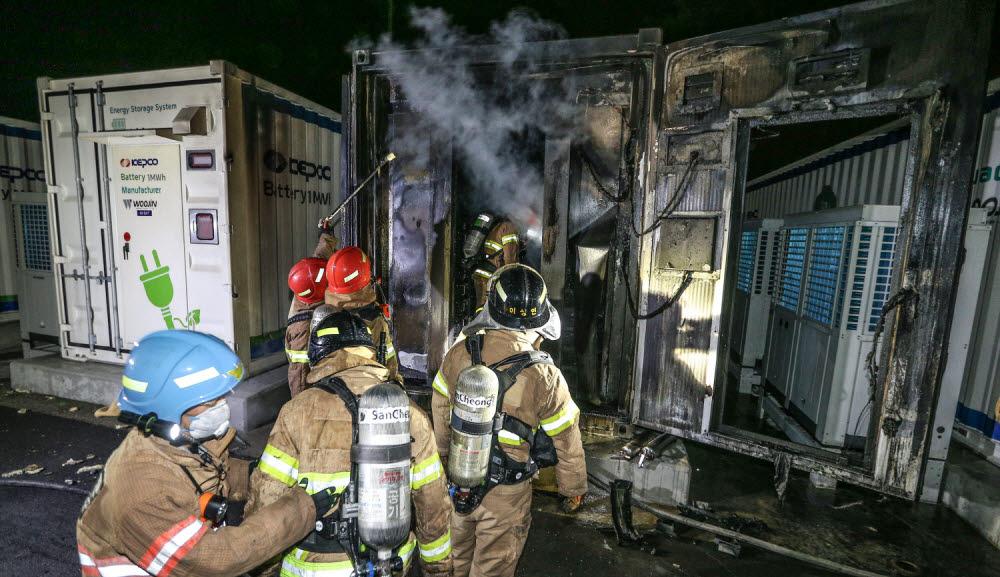 지난해 5월 한국전력 경산변전소 내 에너지저장장치(ESS)에서 화재가 발생했다. 이날 화재로 배터리 1개동(16㎡) 등이 불에 탔다. 이 지역 소방관들이 화재 진압 중인 모습.