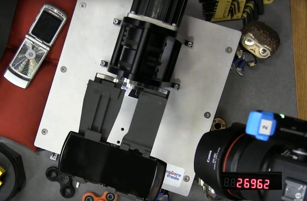 씨넷은 IT기기 전문보증업체 스퀘어트레이드 폴딩 로봇을 이용해 모토로라 레이저 폴더블 스크린 내구성 테스트를 진행했다.