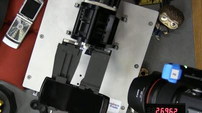 [국제]갤럭시폴드 12만번 버틴 테스트, 모토로라 레이저는 2.7만번도 못 넘겼다