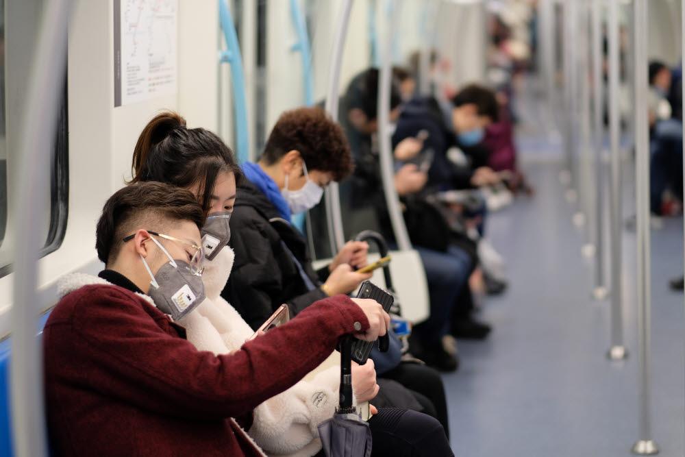 신종 코로나 바이러스는 비말 감염으로 퍼지므로 공공장소에서는 마스크를 쓰는 것이 좋다. (출처: shutterstock)