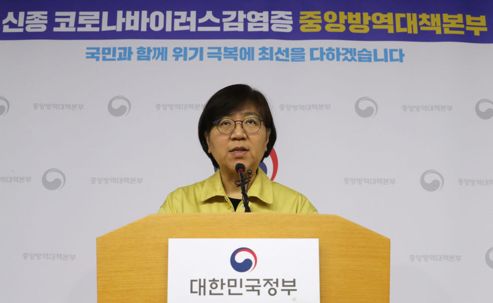 (Sejong = Yonhap News) Reporter Joo-Hyung Kim = Eun-Kyung Chung, Head of Korea's Center for Disease Control, briefed on the 2nd morning of the Sejong City Government Complex regarding the addition of three confirmed patients with new coronavirus infection in Korea. 2020.2.2 kjhpress@yna.co.kr