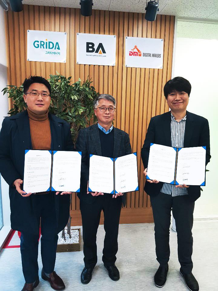 강태영 비에이에너지 대표와 박기욱 디지털메이커스 대표, 전석 그리다에너지 대표(왼쪽부터)가 ESS 연계형 태양광 발전소 사업에 협력하기로 협약을 체결하고 있다.