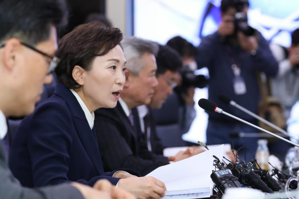 김현미 국토부 장관은 10일 한국공항공사에서 대한항공, 아시아나항공, 제주항공 등 10개 항공사와 인천ㆍ한국공항공사 최고경영자(CEO) 간담회를 갖고 지원을 약속했다. 사진은 김현미 국토교통부 장관