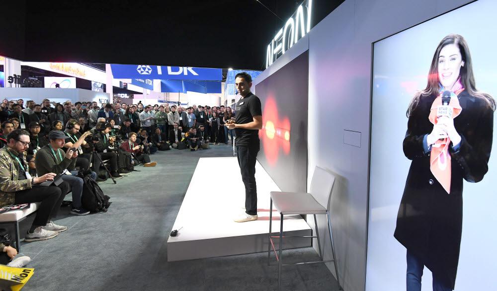 지난달 열린 CES 2020 네온 부스에서 프리나브 미스트리 삼성리서치아메리카 전무가 네온 프로젝트에 대해 설명하고 있다. 김동욱기자 gphoto@etnews.com