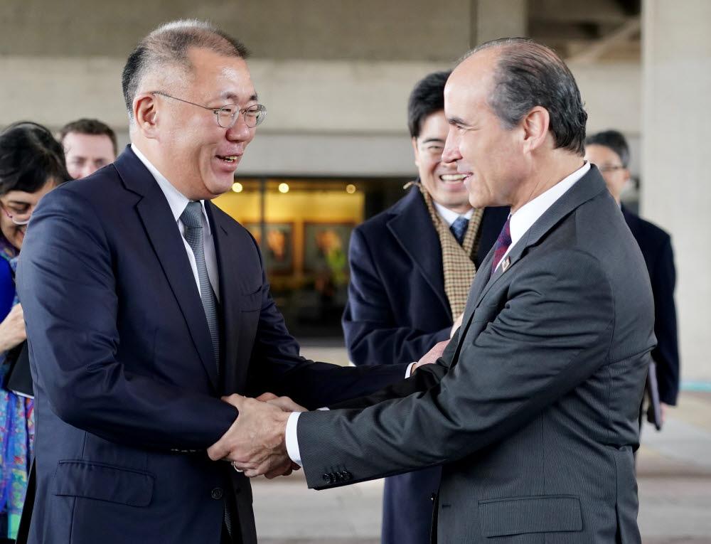 현대차그룹 정의선 수석부회장(왼쪽)과 미국 에너지부 마크 메네제스 차관이 악수를 나누고 있다.