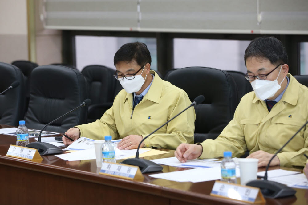 Chung Byung-sun, the first vice minister of science and technology information and communication, visited the Korea Advanced Institute of Science and Technology (KAIST) on December 12 to check on the status of the new coronavirus infection. KAIST has strengthened its self-response guidelines by self-isolating and monitoring its members such as overseas visiting history and students with contact history.