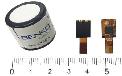 액체 전해질을 사용한 기존 전기화학식 센서(왼쪽)와 신규 센서 비교 사진