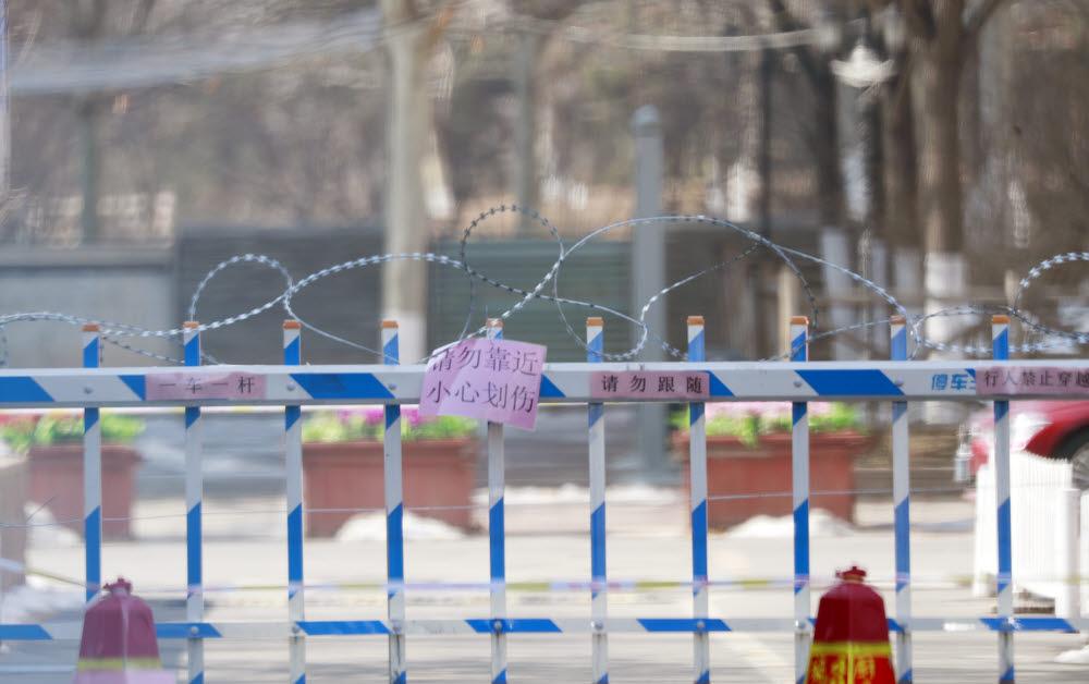 (베이징=연합뉴스) 김진방 특파원 = 신종 코로나바이러스 감염증(신종 코로나)가 중국 전역에서 맹위를 떨치는 가운데 베이징시 당국이 귀경행렬이 본격화한 10일부터 베이징 전역 거주지에 대해 봉쇄식 관리를 시작했다. 사진은 베이징 한 아파트 출입구에 쳐진 철조망. 2020.2.10 chinakim@yna.co.kr