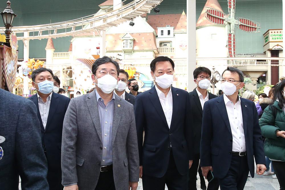 14일 오후 서울 잠실 롯데월드를 방문한 박양후 문화체육부 장관(사진 왼쪽에서 두번째)이 롯데월드 시설을 돌아보고 있다.