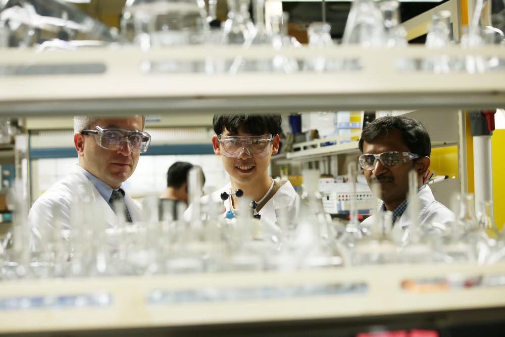 개발 연구진. 사진 왼쪽부터 자패르 야부즈 교수, 송영동 박사과정(1저자), 스리랑카파 라메쉬 박사(3저자)