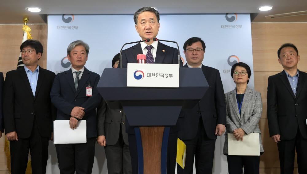 박능후 보건복지부 장관이 지난해 서울 세종로 정부서울청사 합동브리핑실에서 액상형 전자담배 안전관리대책을 발표하고 있다