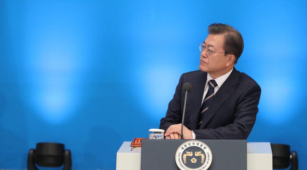 문재인 대통령이 17일 청와대에서 기재부·산업부·중기부·금융위 업무보고 중 관련 영상을 보고 있다. <연합뉴스>