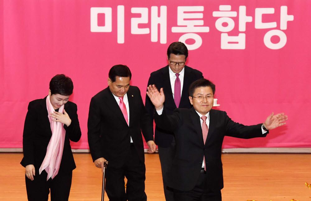 미래통합당 황교안 대표가 참석자들을 향해 인사하고 있다.