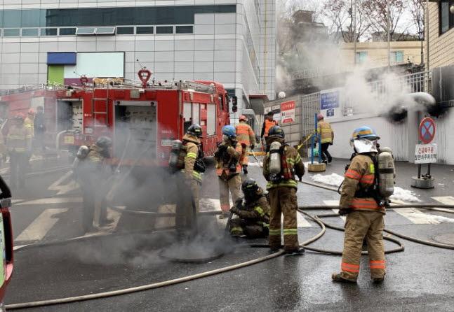 2018년 KT 서울 아현지사 통신국사 화재 당시 소방관들이 화재를 진압하고 있다. 전자신문DB