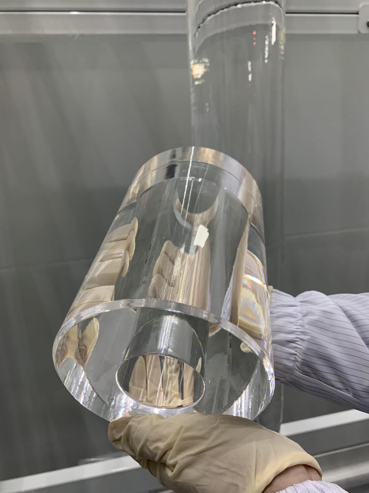 이가형 에스티아이 연구소장이 국산화에 성공한 고순도 합성석영유리를 보여주고 있다.
